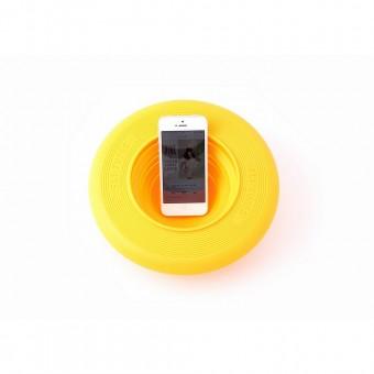 Unieke frisbee met een speaker voor op het strand